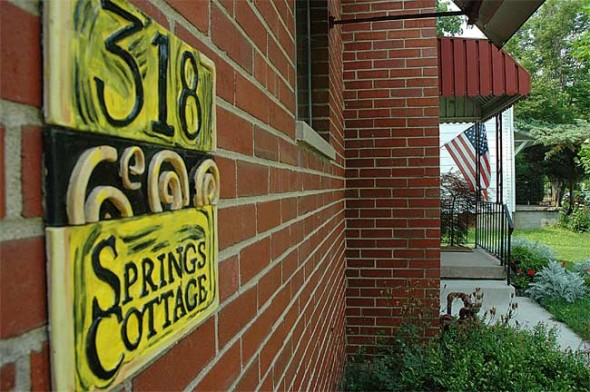 A sign welcoming visitors to Spring Cottage, a full house which can be rented on 318 Phillips Street.
