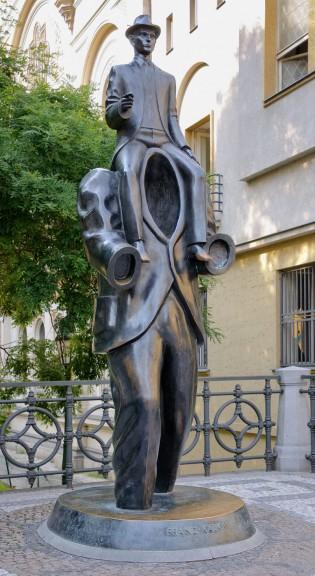800px-Kafka_statue_Prague