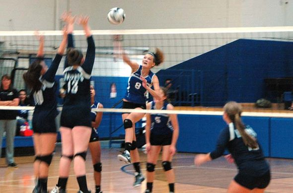 Lady Bulldog Tyler Linkhart, #8, gave it her all against the Legacy Christian Knights at home on Sept. 29. The Bulldogs won after an early lead by the Christian Knights in the first set, 25–14, 25–11, 25–16. The YSHS record is now 11–4 (5–1 conference). (Photo by Dylan Taylor-Lehman)
