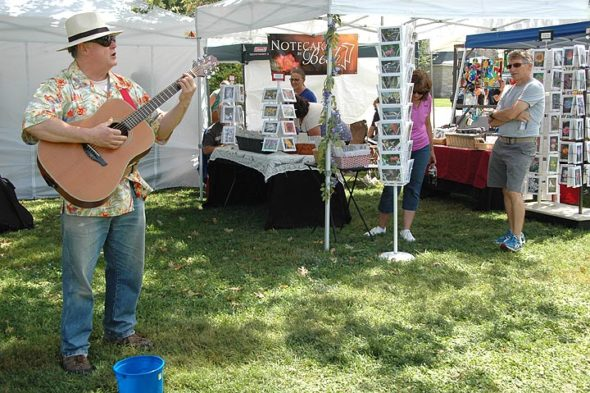 Les Groby entertains at Art on the Lawn. (Photo by Diane Chiddister)